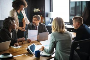 Ledning och chefer i möte. Diskuterar systematiskt ledningssystem för arbetsmiljö